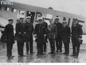 1935 07 Berlin - Powitanie delegacji oficerów polskiej marynarki wojennej na lotnisku Tempelhof. Widoczni, niemiecki oficer marynarki wojennej Leopold Burkner (3 z lewej), komandor Stefan Frankowski (4 z lewej) mjr Władysław Steblik (4 z prawej).  (zbiory NAC)