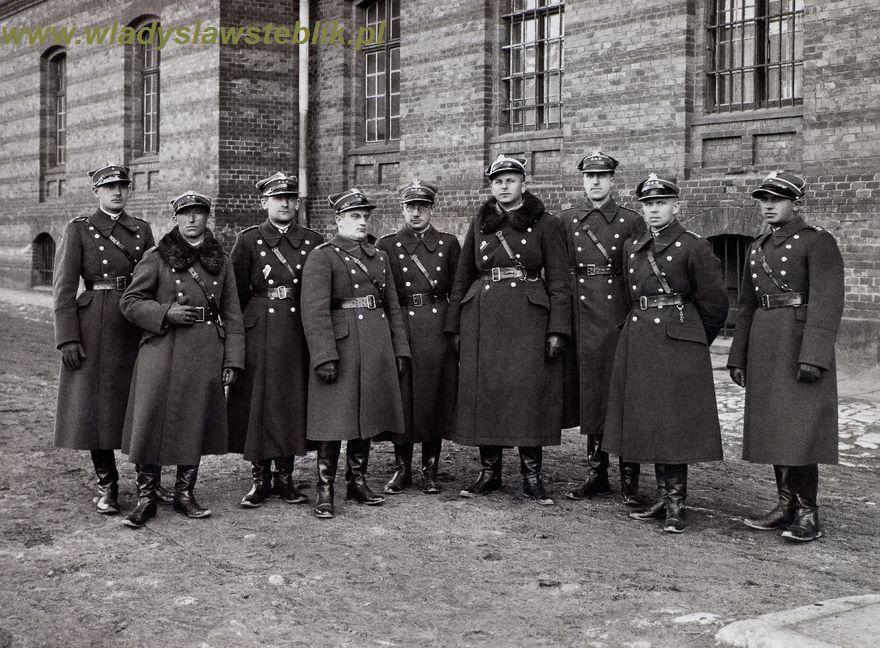 1932 Kraków, dowództwo III b/12pp. Drugi od prawej kpt W Steblik, czwarty mjr A Szymański