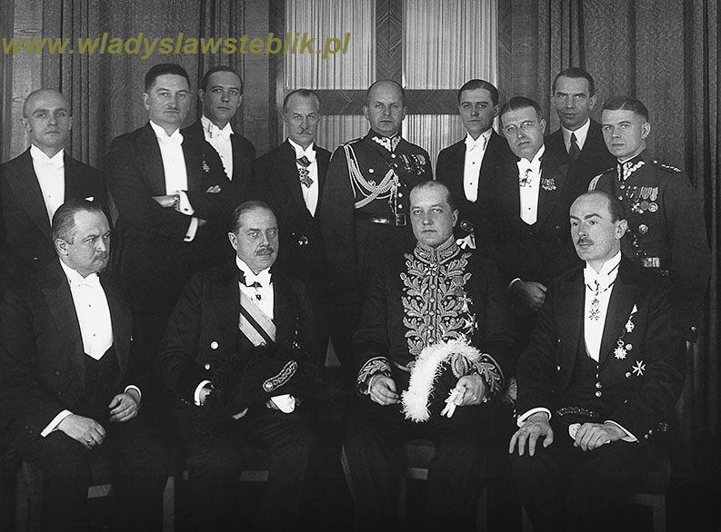 1933 lipiec - pracownicy ambasady RP. Pierwszy od prawej kpt Władysław Steblik. W paradnym stroju ambasador Józef Lipski.