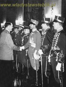1939 01 31 - Kancelaria Rzeszy - Hitler gratuluje Gustawowi Adolfowi Bernadotte następcy tronu Swecji. Po prawej stronie księcia stoi mjr W Steblik. Za nim reprezentacja Polski na Międzynarodowe Zawody Hippiczne w Berlinie