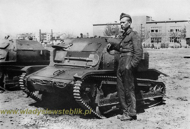 Brat Władysława Steblika plut. Tadeusz Steblik przy tankietce TKS. Walczył w kampanii wrześniowej w składzie 5 batalionu pancernego - Armia Kraków