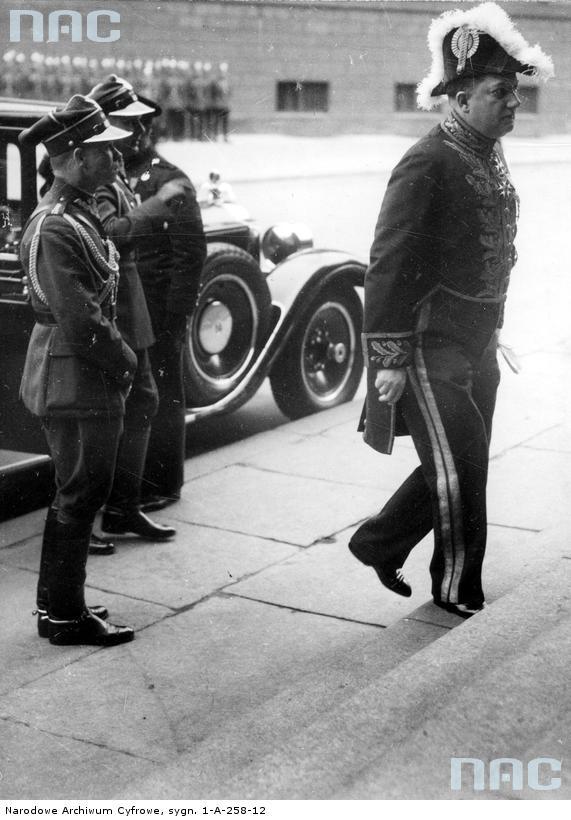 1935 05 18 Berlin, Ambasador RP w Niemczech, Józef Lipski (z prawej) udaje się na nabożeństwo żałobne J Piłsudskiego, do kościoła św. Jadwigi. Za nim mjr W Steblik. (zbiory NAC)