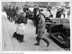 1935 05 18 Berlin, Hitler udaje się na nabożeństwo żałobne J Piłsudskiego, do kościoła św. Jadwigi. (zbiory NAC)