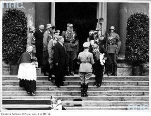 1935 05 18 Berlin, Hitler witany przez J Lipskiego, udaje się na nabożeństwo żałobne J Piłsudskiego, do kościoła św. Jadwigi. Za salutującym płk Szymańskim mjr W. Steblik - bez czapki (zbiory NAC)