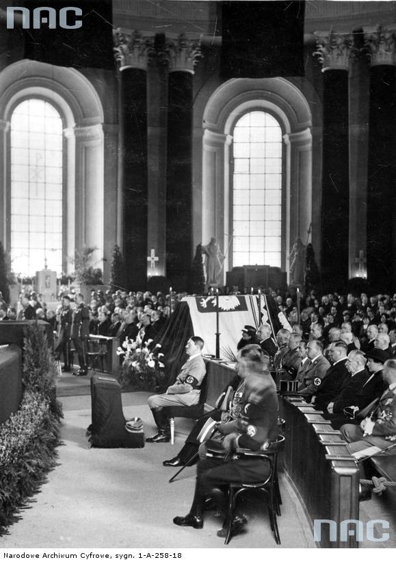 1935 05 18 Berlin, Hitler na nabożeństwie żałobnym J Piłsudskiego. W tle płk A. Szymański i mjr W. Steblik stoją podczas mszy(zbiory NAC)