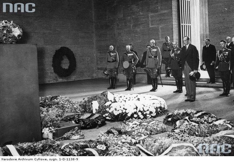 1935 07 - Berlin Grób Nieznanego Żołnierza przy Unter den Linden. Minister spraw zagranicznych Polski Józef Beck w asyście dyplomatów. Pierwszy od prawej W Steblik (zbiory NAC)