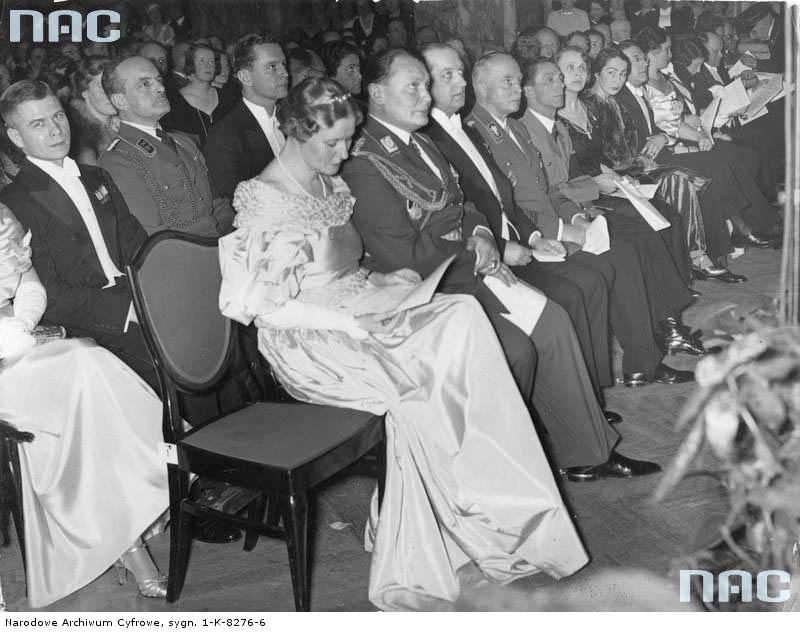 1935 02 25 Berlin koncert Jana Kiepury.  W drugim rzędzie pierwszy od lewej mjr W Steblik. W pierwszym rzędzie od lewej: aktorka Emma Sonnemann, późniejsza  żona Goringa, Hermann Goring, ambasador RP Józef Lipski, książę Carl Eduard von Sachsen-Coburg-Gotha, Joseph Goebbels. (zbiory NAC)