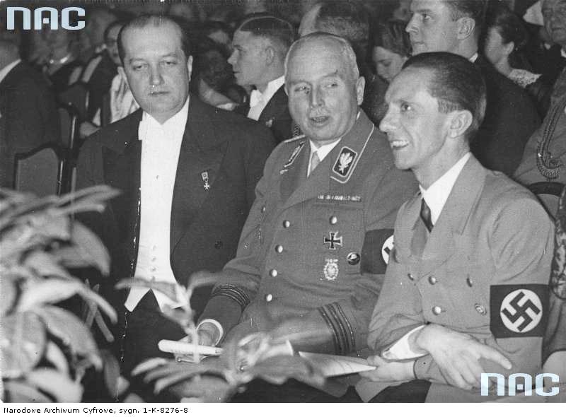 1935 02 25 Berlin - koncert Jana Kiepury. W pierwszym rzędzie od lewej ambasador RP Józef Lipski, książę Carl Eduard von Sachsen-Coburg-Gotha pomiędzy nimi z tyłu mjr W Steblik. (zbiory NAC)