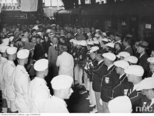 1936 06 - Dworzec Berlin Powitanie polskiej ekipy olimpijczyków. W jasnym garniturze płk Kazimierz Glabisz. Za nim (w rogatywce) mjr W Steblik z żoną (zbiory NAC)