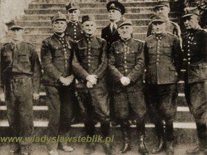 W drugim rzędzie, pierwszy od lewej mjr Władysław Steblik.