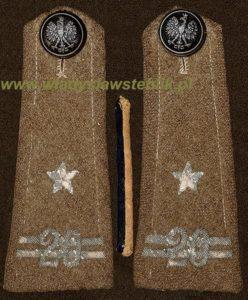 wrzesień 1939 - wrzesień 1947; oryginalne naramienniki z płaszcza mjr. W Steblika; żółto czarny pasek pomiędzy pagonami oznacza piechotę, był noszony na wypustkach kołnierza. Kampania wrześniowa 1939 (otrzymał formalny przydział do 20pp - stąd 20 na naramiennikach) - powrót do kraju wrzesień 1947