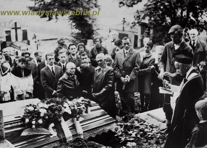 Pogrzeb ppłk Władysława Steblika 1971 rok. Widoczny zaraz za trumną gen Jagmin Sadowski.